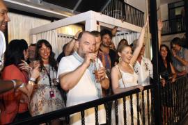 Kylie Minogue se lo pasa en grande en Ibiza