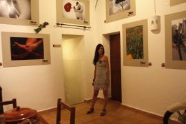 Flores, paisajes y figuras femeninas en la primera exposición de Mar Torres