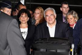 Strauss-Kahn llega a París donde se espera que dé explicaciones