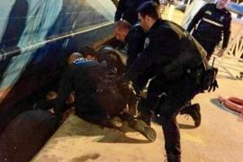 Rescatan con hipotermia a un hombre que se cayó al agua en el puerto de Ibiza