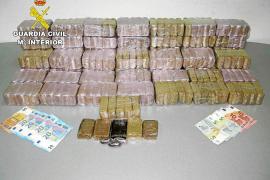 La Guardia Civil detiene a un joven que transportaba 30 kilos de hachís