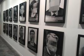 Retiran de ARCOmadrid la obra de Santiago Serra 'Presos políticos'