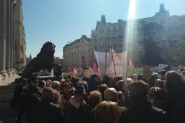 """Miles de jubilados cortan el tráfico frente al Congreso para pedir """"pensiones dignas"""""""