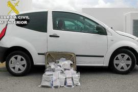 La Guardia Civil investiga la procedencia del alijo de 30 kilos de hachís y busca a un huido
