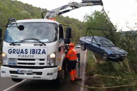 Herido leve un conductor tras sufrir una aparatosa salida de vía y vuelco en Santa Agnès