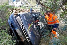 Aparatoso accidente de un coche que se despeñó por un margen de la carretera de Santa Agnès