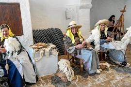 Centenares de personas disfrutan de una soleada Fira Artesanal des Puig de Missa