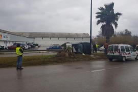 Un joven sale ileso tras un espectacular vuelco en la avenida Sant Joan de Ibiza