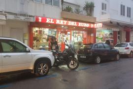 Ingresada en la UCI una mujer que se atravesó el pecho con un cuchillo de cocina en una tienda de Ibiza