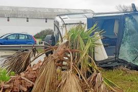 La lluvia provoca varios accidentes en cadena y un aparatoso vuelco en Ibiza