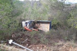 Aparatosa salida de vía de un camión que acaba volcado en Cala Tarida