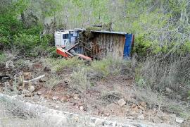 Aparatosa salida de vía de un camión que acabó volcado en el acceso a Cala Tarida