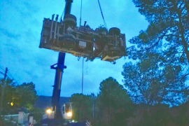 Tres horas de trabajo para recuperar un camión accidentado en Cala Tarida