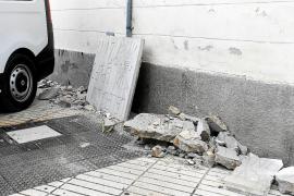 Se rompe la placa franquista de Santa Margarita mientras la estaban retirando