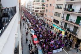2.000 personas tiñen Ibiza de morado para reivindicar el papel de la mujer en la sociedad