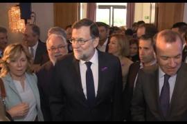 Rajoy luce un lazo morado en un acto del PP y dice que trabajará por la igualdad real «sin regatear un solo esfuerzo»