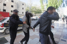 Libertad provisional para los dos detenidos por las agresiones a la mujer que se clavó un cuchillo en Ibiza