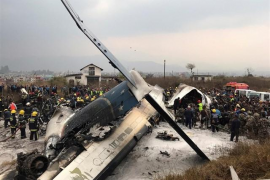 Mueren al menos 50 personas a causa del siniestro de un avión en el aeropuerto de Katmandú (Nepal)