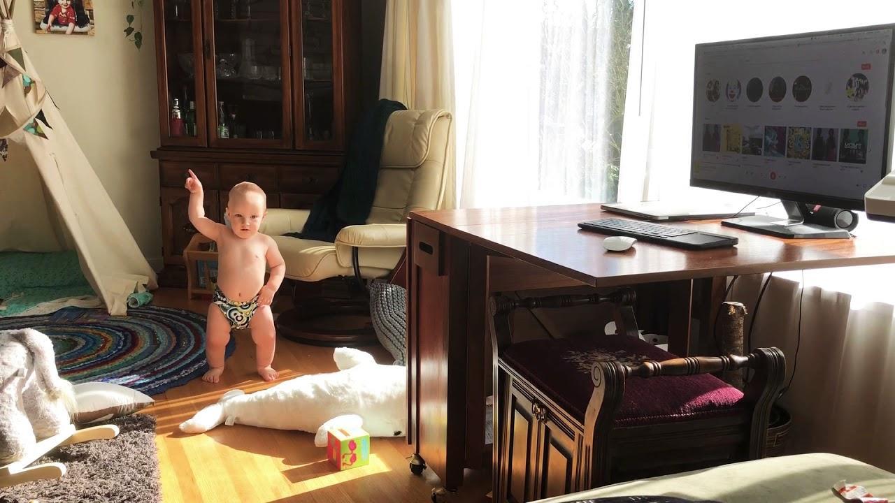 Un bebé protagoniza un divertido baile de rock psicodélico