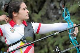Miriam Alarcón cuelga el arco