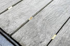 Cuñas de madera para evitar tropezones en la pasarela del Portal de ses Taules