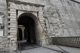 Colocan cuñas de madera entre los tablones de la pasarela del Portal de ses Taules