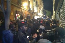 Una decena de policías heridos y 6 detenidos en los incidentes tras la muerte de un mantero en Lavapiés (Madrid)