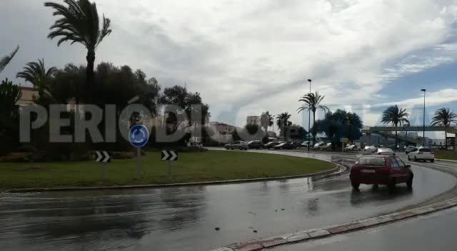 Un atasco en el colector general de saneamiento inunda la rotonda de ses Figueretes