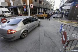 Congestión del tráfico en Santa Eulària por las obras de peatonalización