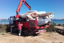 Retiradas 13 embarcaciones abandonadas en el litoral de s'Estany des Peix