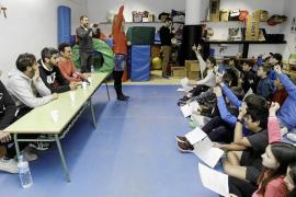 Los jugadores de la Peña responden las preguntas de los pequeños periodistas del CEIP Santa Eulària