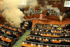 Suspendida la sesión en el Parlamento de Kosovo por el lanzamiento de gases lacrimógenos