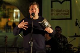 Ben Clark presentó ante los ibicencos su premiado poemario 'La policía celeste'