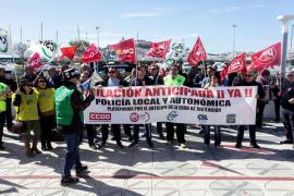 Policías locales de la isla de Ibiza protestan para exigir la jubilación anticipada
