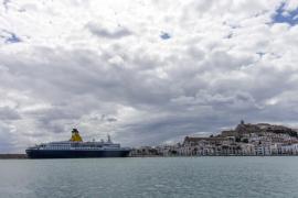 La lluvia y el fuerte viento reciben en Ibiza al primer crucero de la temporada