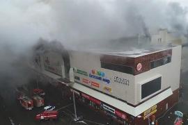 Rusia eleva a 64 la cifra «definitiva» de muertos por el incendio en un centro comercial de Siberia
