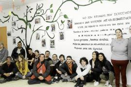 El 'árbol de los derechos' adorna el centro de día de personas sin hogar de Cáritas