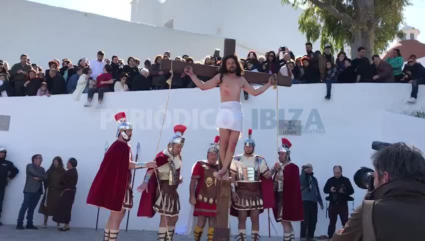 Emoción y respeto en el Vía Crucis viviente de Santa Eulària