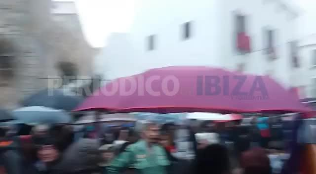 La lluvia retrasa las procesiones del Santo Entierro en Vila y Santa Eulària