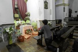Los altares menores de las iglesias de la isla se llenan de color con las 'cases santes'