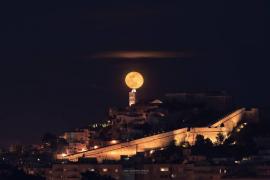 La luna sobre la Catedral de Ibiza