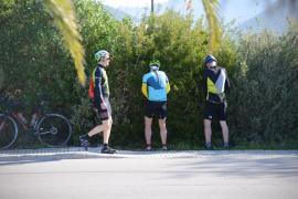 El incivismo de centenares de ciclistas provoca enfrentamientos en Andratx