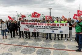 Decenas de policías locales lamentan los «engaños del Gobierno» y reclaman la jubilación anticipada
