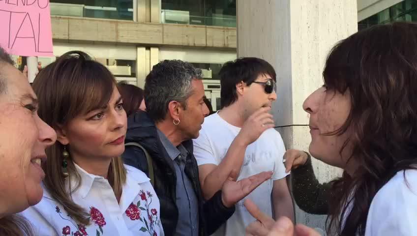 """Los trabajadores de Cas Serres protestan frente al Consell al grito de """"fuera, fuera"""""""