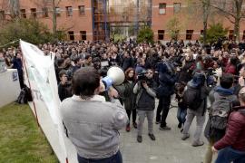 Cientos de alumnos exigen la dimisión de Cifuentes y del rector de la URJC