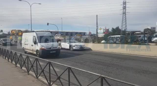Colapsada la carretera de Sant Antoni por el accidente de un camión