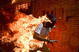 El venezolano Ronaldo Schemidt, World Press Photo 2018 por la imagen de un manifestante envuelto en llamas