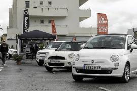 La lluvia desluce la feria de vehículos de ocasión de Sant Jordi