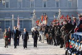 El presidente de Portugal, recibido por los Reyes con honores militares en el Palacio Real