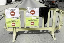 Circular en dirección prohibida sin nadie que regule el tráfico provoca el caos en Cala de Bou
